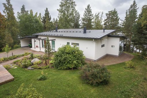 Talo sijaitsee 4500 neliön rantatontilla.