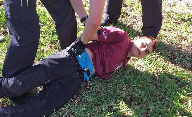 """Pidätyksen jälkeen Nikolas Cruz vietiin sairaalaan, mutta pian sen jälkeen hänet kuljetettiin """"turvalliseen paikkaan"""", jonka sijaintia poliisi ei kerro."""