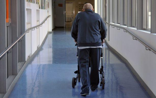 Vakavasti sairastunut iäkäs mies ei vuosiin osannut aavistaa, mitä avopuoliso teki hänen sairaalassa ollessaan. Kuvituskuva.