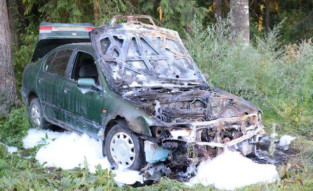 Kotkan Sunilan alueella on ollut muutaman viikon sisään palanut ainakin viisi henkilöautoa. Kuvassa on yksi kolmesta autosta, jotka sammutettiin tiistain ja keskiviikon välisenä yönä.