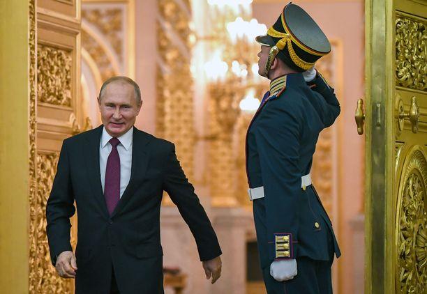 Presidentti Vladimir Putin saapui Venäjän päivän juhlallisuuksiin Kremlissä 12. kesäkuuta. Samana päivänä kansa vaati kaduilla rangaistuksia poliiseille, joiden epäillään tekaisseen huumesyytteet toimittaja Ivan Golunoville.