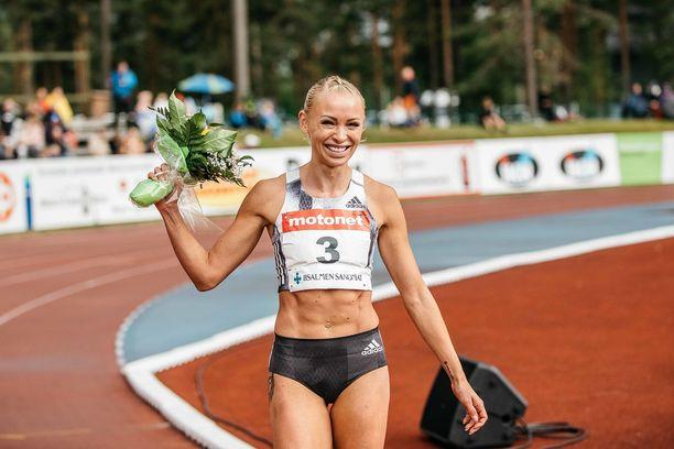 Annimari Korte iloitsi Joensuussa juoksemaansa uutta Suomen ennätystä.