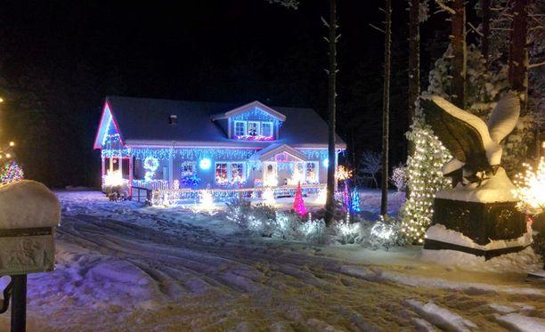 Saimme paljon kuvia tästä janakkalalaisesta talosta, josta on tullut varsinainen paikallinen nähtävyys. Talo on täynnä blingiä joka vuosi.