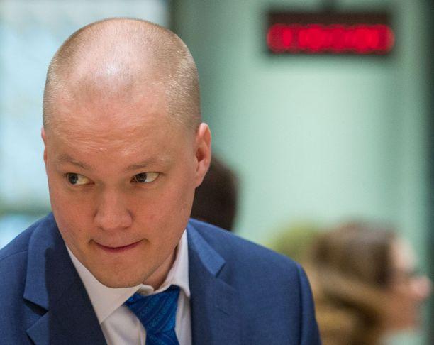 Samuli Virtasen työhuoneessa valtioneuvoston linnassa puitiin 23. toukokuuta perussuomalaisten puoluekokouksen seurauksia. Tarjolla oli lounasleipiä.