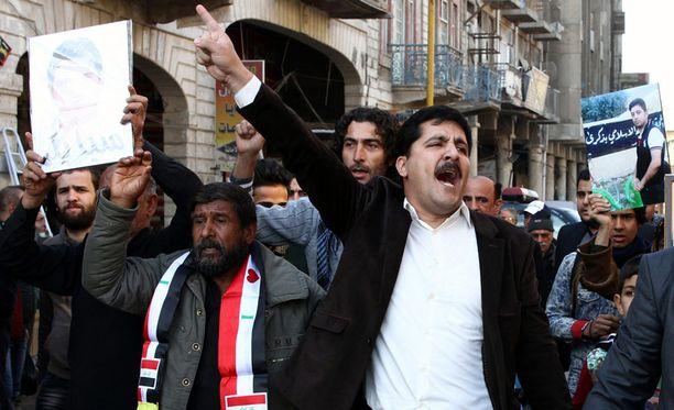 Perheenjäseniään Isisin iskuissa ja sotatoimissa menettäneet irakilaiset ovat osoittaneet mieltään maansa hallitusta vastaan, jotta se vahvistaisi toimia terroristijärjestön nujertamiseksi. Kuva on joulukuun lopulta.