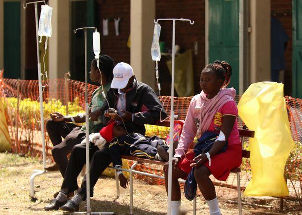 Kolerapotilaat saivat tiistaina hoitoa sairaalassa Hararessa.