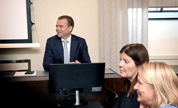 Kokoomuksen puheenjohtaja Petteri Orpo, sosiaali- ja terveysvaliokunnan jäsen Sari Sarkomaa ja ex-ministeri Lenita Toivakka puolueen eduskuntaryhmän huoneessa ennen tiistain kokouksen alkua.