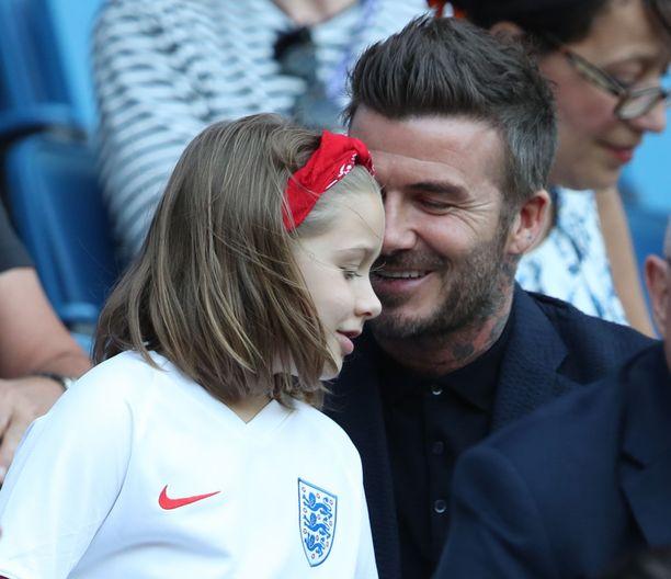 David Beckham ja Harper Beckham jalkapallokatsomossa.