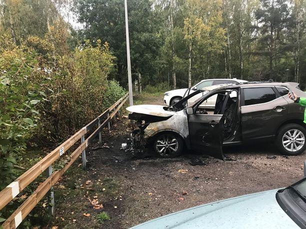 Muutaman metrin päässä pakettiautosta ollut Nissan sai myös tuntuvia vahinkoja.