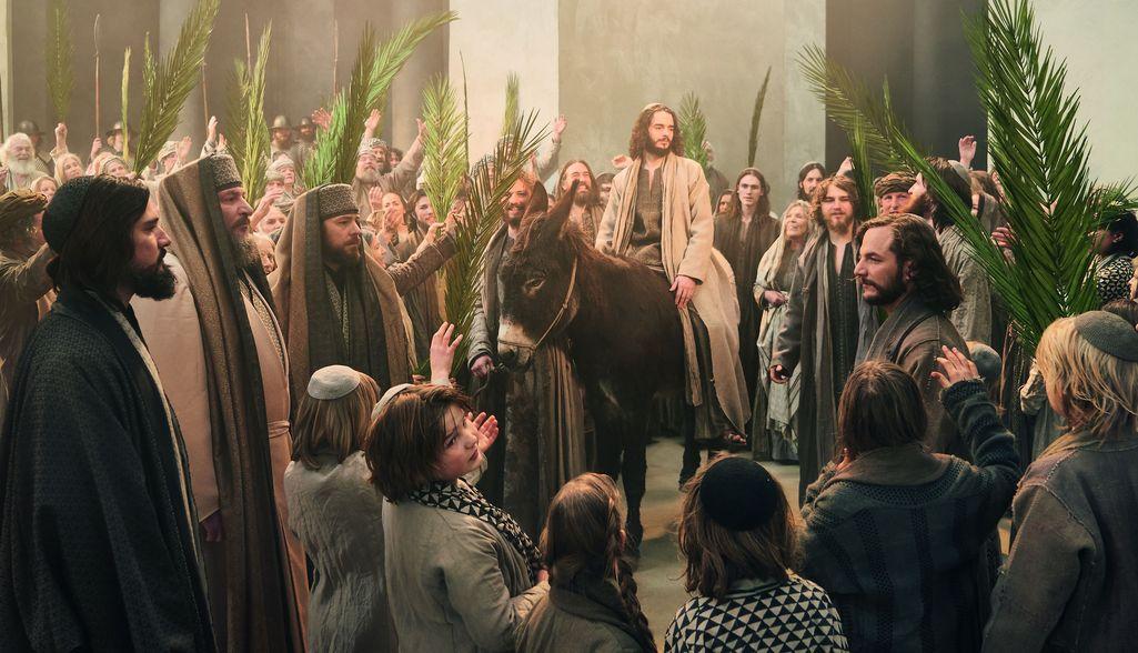 Jeesus saapuu aasilla ratsastaen Jerusalemiin. Palmusunnuntaita vietetään sen muistoksi.