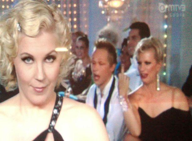 HUONO VITSI Laura Voutilainen näytti keskisormea suorassa lähetyksessä.