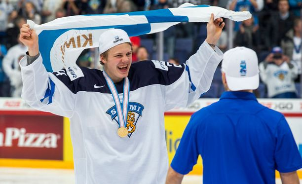 Pikkuleijonien MM-sankari Kasperi Kapanen on viimein nostettu Maple Leafsin NHL-rinkiin.