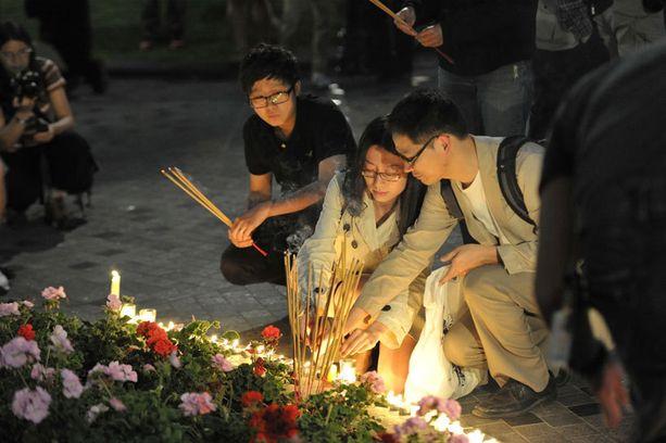 Sadat ihmiset kävivät sytyttämässä kynttilän Jun Linin muistoksi Montrealissa Kanadassa kaksi vuotta sitten.