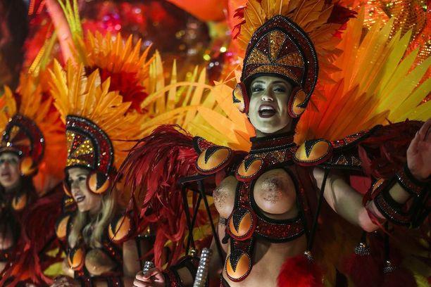 Academicos do Grande Rio -sambaryhmä esiintyi rohkeissa asuissa.