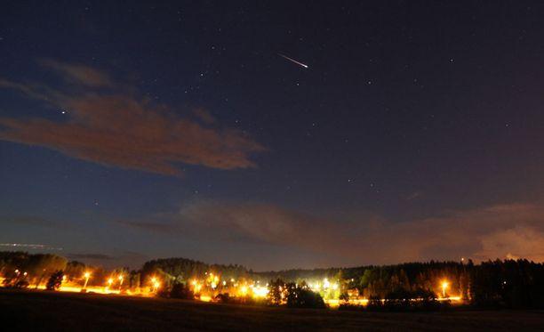 Perseidien meteoriparveen kuuluva tähdenlento vuonna 2013.