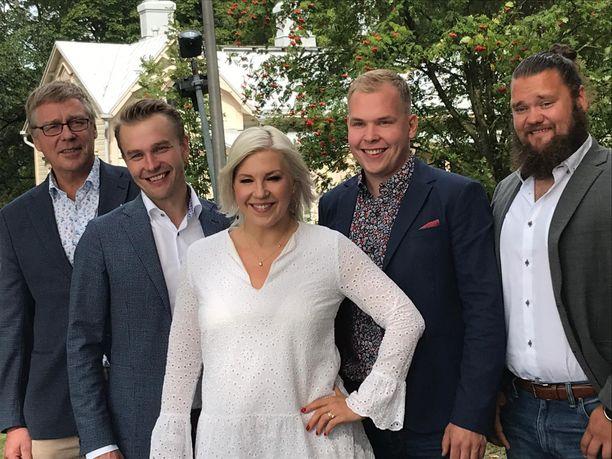 Uudella Maajussille morsian -kaudella nähdään Jouko (vas.), Juho, Arttu ja Lauri. Vappu Pimiä juontaa.