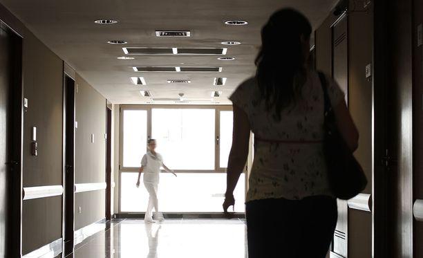 Käräjäoikeus kuvailee tuomitun hoitajan toimintaa julmaksi pahoinpitelyksi. Pahoinpitelyn uhri oli vuonna 1929 syntynyt, puolustuskyvyttömänä sängyssä makaava mies. Kuvituskuva.