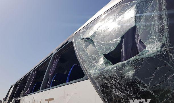 Turisteja kuljettaneesta linja-autosta särkyi ikkunoita.