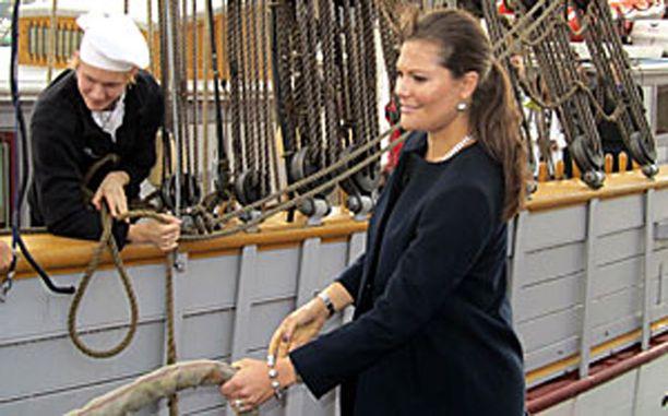 Kruununprinsessa Victoria irrotti Tre Kronor -aluksen köydet Tukholmassa maanantaina