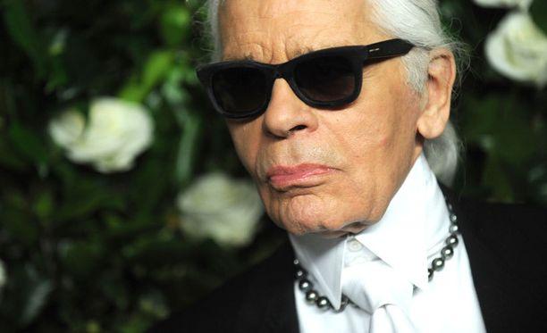 Karl Lagerfeld ihailee Englannin naiskuninkaallisten tyyliä.