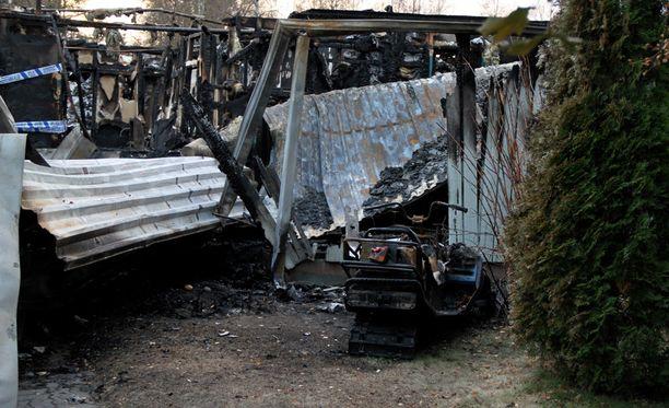 Rivitalo tuhoutui täysin tulipalossa.