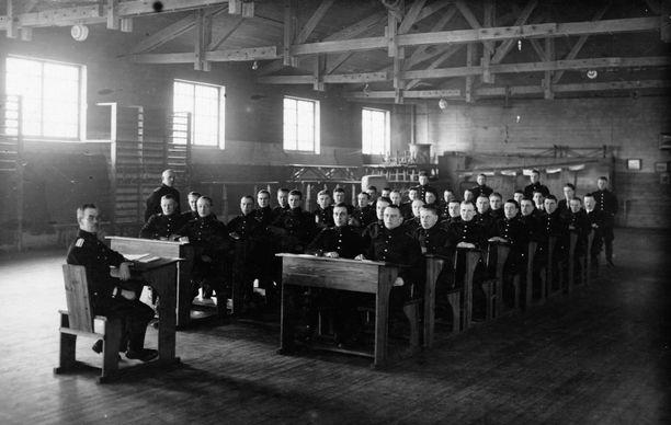Oppilaat saivat polttaa tupakkaa kokeiden aikana. Kuvan poliisikonstaapelit ovat teoriatunnilla 1931.