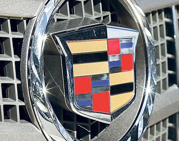 SÄRMÄÄ Cadillaceille tyypillinen kulmikas keulailme imee katseita.