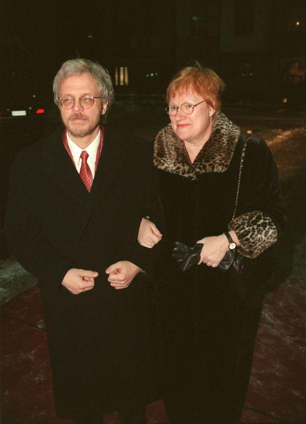 Tarja Halonen ja Pentti Arajärvi ovat pitäneet yhtä yli 30 vuoden ajan. Pari kuvattuna Paavo ja Päivi Lipposen häissä vuonna 1998.
