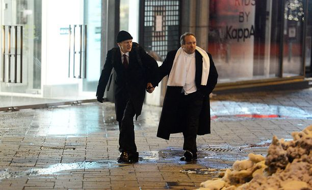 Teuvo Hakkarainen ja Matias Turkkila lähtivät Linnan jatkoilta neljän aikoihin. Hakkarainen oli innostunut jatkoilla laulamaan.