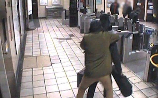 Muhiddin Mire hyökkäsi sattumanvaraisesti valikoidun uhrinsa kimppuun Leytonstonen metroasemalla.