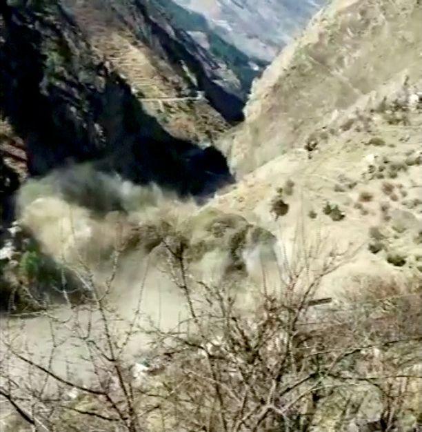 Jokeen romahtanut jäälohkare aiheutti voimakkaan tulvan Uttarkhandin osavaltiossa.