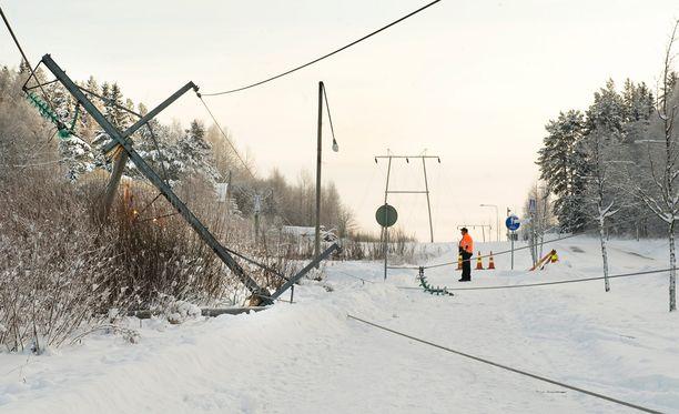 Tuolloin vielä Fortumille kuulunut, nykyään osa Carunan verkostoa oleva sähkölinja romahti Ikaalisissa ja aiheutti laajan sähkökatkon alkuvuodesta 2010. Tällaisista tilanteista halutaan eroon, joten sähkölinjat vedetään jatkossa maan alle.