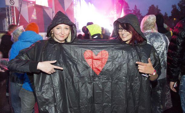 Sateesta huolimatta paikalle oli saapunut suuri joukko sadeviitoilla varustautuneita festivaalikävijöitä.