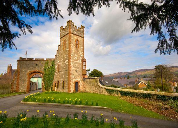 Torni vartioi Ruthinin linnan porttia.