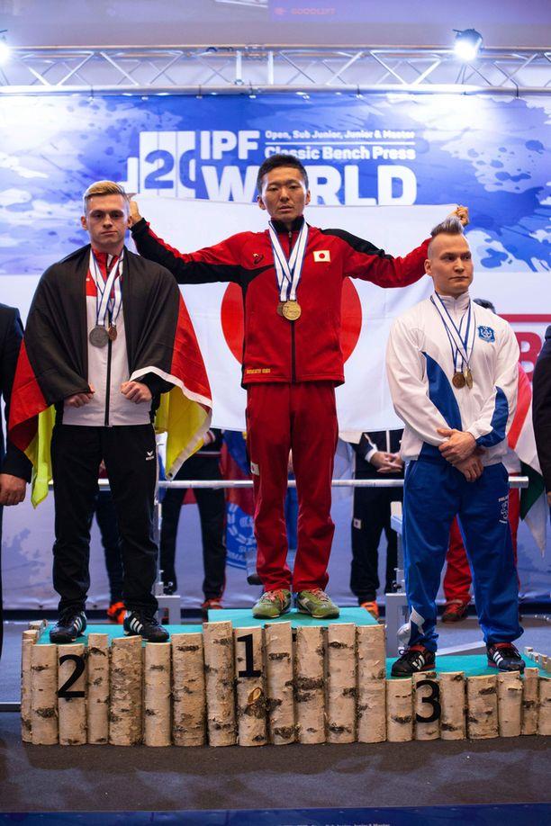 Japanin Hondo Masatatsu voitti kultaa, Saksan Joschua-Noah Berger hopeaa ja Suomen Artturi Verho pronssia.