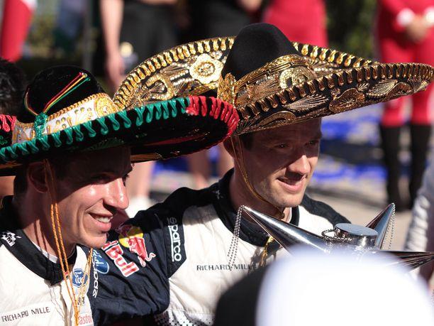 Julien Ingrassia (vasemmalla) ja Sébastien Ogier juhlivat maaliskuussa Meksikon rallin voittoa, mutta päässä jyskytti 10 sekunnin aikarangaistus.