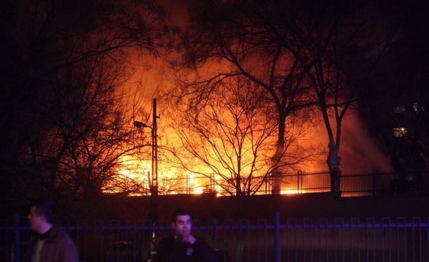 Räjähdys aiheutti suuren tulipalon ja se levitti runsaasti mustaa savua ympäristöön.