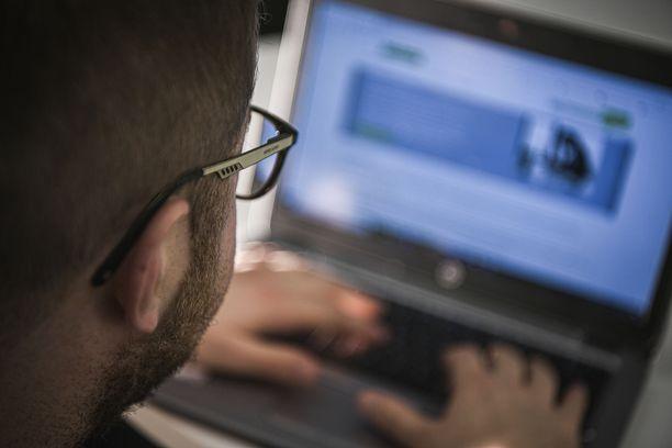 Kotiin työkäyttöön hankitun tietokoneen tai vaikkapa nettiyhteyden kuluja voi vähentää verotuksessa. Kuvituskuva.