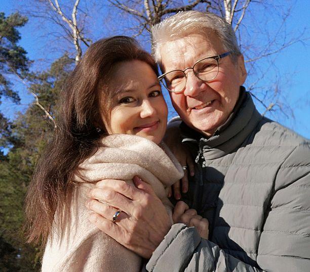 Pirkka-Pekka Petelius muisti Erikaansa ruusuilla ja skumpalla hienosta vaalityöstä.