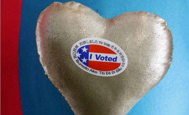 Äänestäjät saivat tarran merkiksi äänestämisestä.