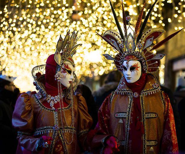 Karnevaaliasut ovat värikkäitä ja taidokkaasti tehtyjä.