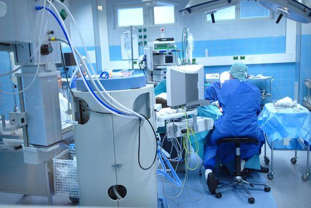 Keskittämisasetuksessa tiettyjä vaativia leikkauksia, hoitoja ja toimenpiteitä keskitetään harvempiin sairaaloihin. Kriteerinä leikkausten jatkumiselle on riittävän suuret vuosittaiset leikkausmäärät. Kuvituskuva.