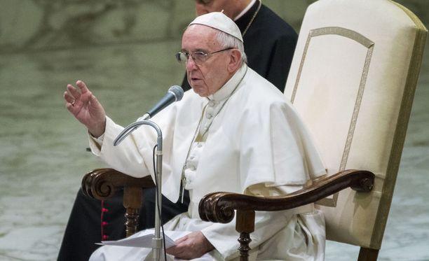 """Paavi Franciscusin mielestä populismi voi johtaa Adolf Hitlerin kaltaisten """"pelastajien"""" valitsemiseen vaaleilla."""