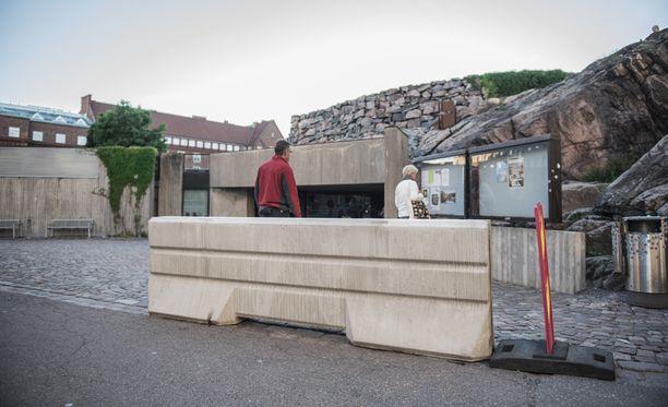 Temppeliaukion kirkon eteen tuotiin järeät betoniesteet.