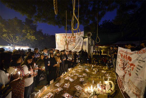 Mielenosoittajat kokoontuivat jälleen raiskauksen vuosipäivänä viime joulukuussa.