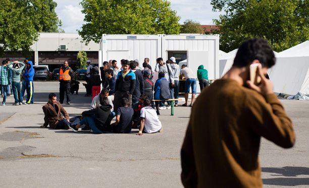 Pakolaiset odottivat reksiteröitymistä vastaanottokeskuksessa Berliinissä.