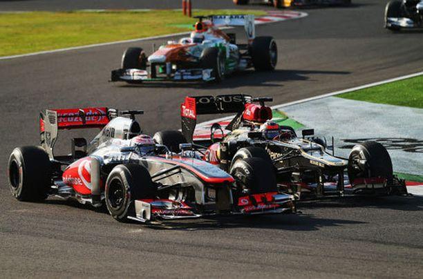 Kimi Räikkönen kisaa Jenson Buttonin kanssa.