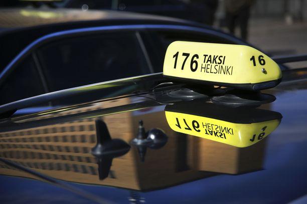 Kansanedustajat käyttivät eduskunnan uutta taksikorttia 46 000 eurolla huhti-toukokuussa.