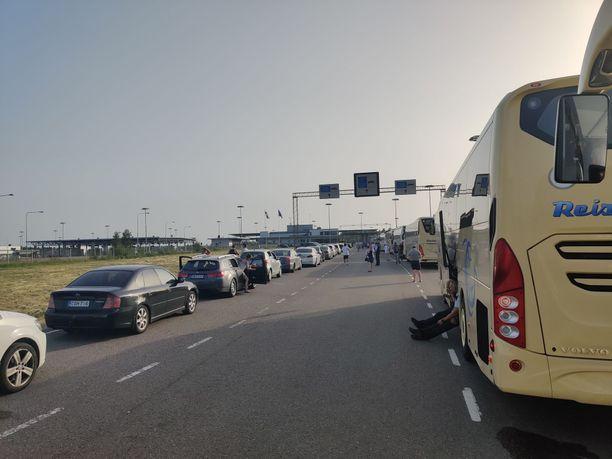 Vaalimaan rajanylityspaikka ruuhkautui Huuhkajat-fanien koronavirustestauksen takia kesäkuun puolivälissä.