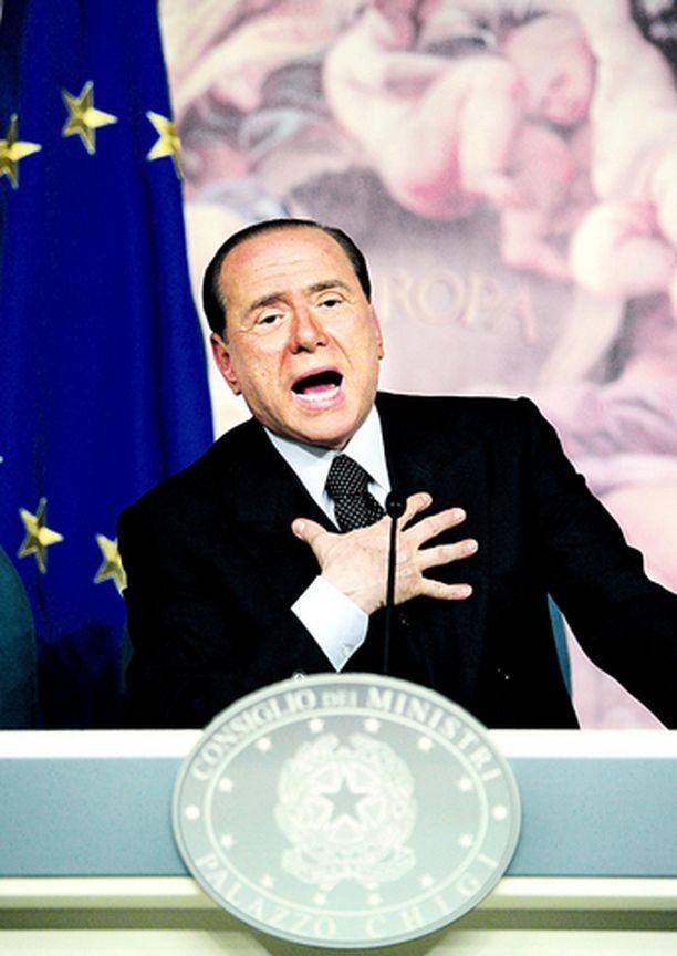 POPULISTI Silvio Berlusconin mukaan faneja ei saa rangaista rankaisemalla seuroja.